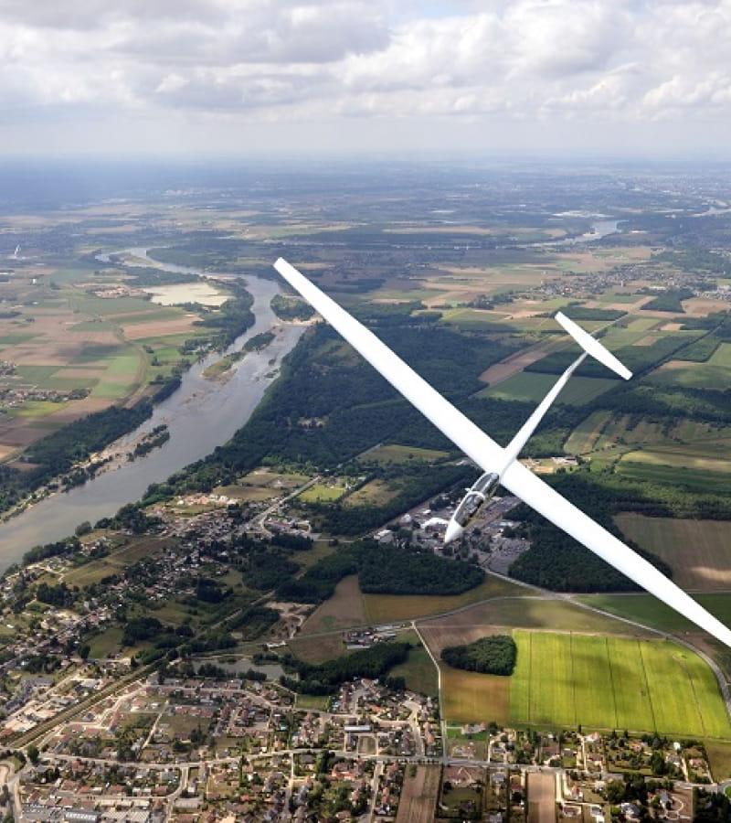Un planeur biplace Marianne en vol sur la campagne tourangelle